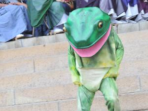 [Photoblog] Frog Man Runs Downstairs