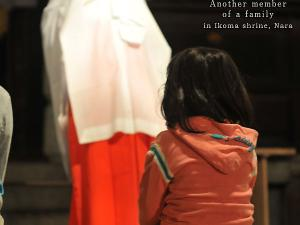 [Photoblog] A Girl with a Little Friend at a Shrine